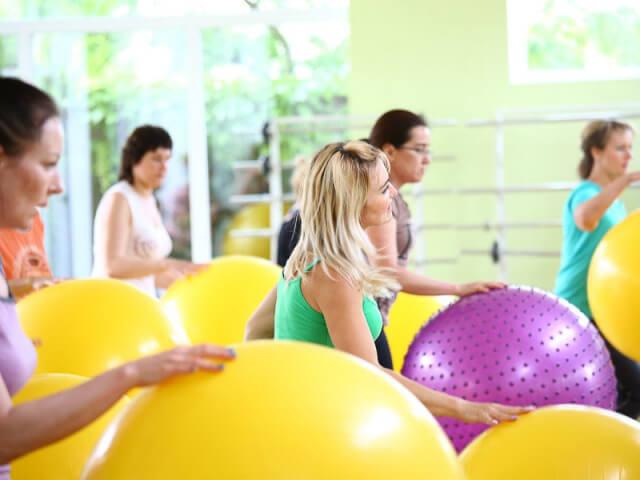 Аэробика с мячами в зале в фитнес лагере