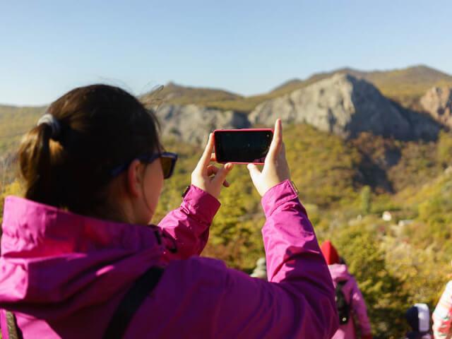 Участница лагеря фотографирут пейзаж